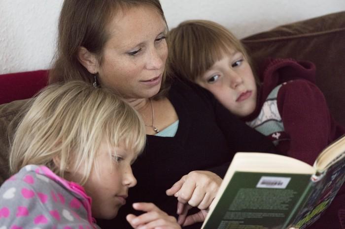 Julia und ihre Kinder beim Lesen