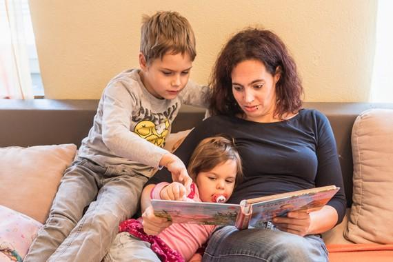 Pia und ihre Kinder beim Lesen